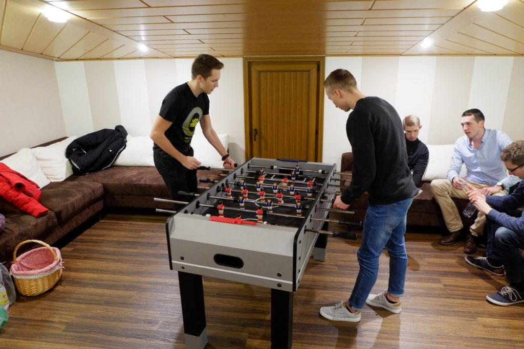 Tischkicker spielen im Jugendraum   Jugend Fulda