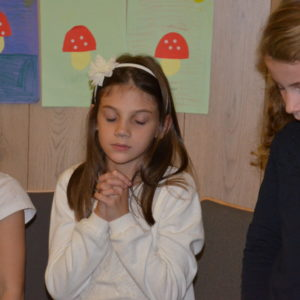 KInder beim beten